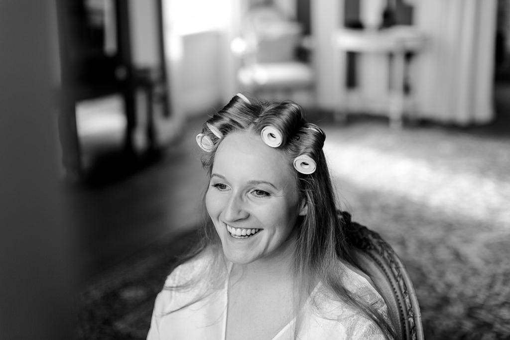 Hochzeitsfoto vom Brautstyling: Die Braut mit Lockenwicklern im Haar | Foto: Hanna Witte