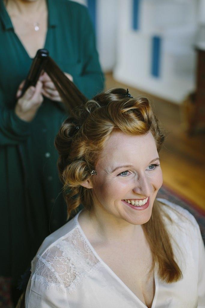 Hochzeitsfotoidee Getting Ready: Die Braut wird frisiert | Foto: Hanna Witte