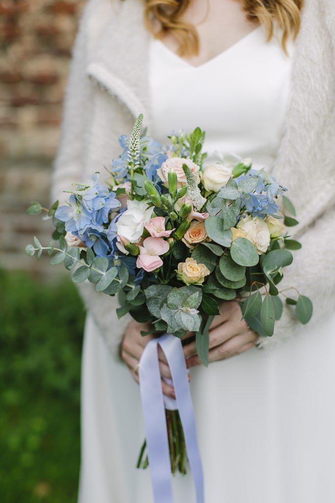 moderner Brautstrauß mit Eukalyptus und pastellfarbenen Blumen | Foto: Hanna Witte