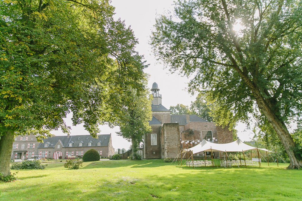 Setting für eine Freie Trauung unterm Stretchzelt auf einer Wiese von Schloss Hertefeld | Foto: Hanna Witte