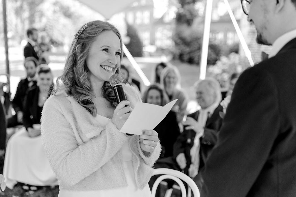 die Braut liest ihr Eheversprechen während der Freien Trauung vor | Foto: Hanna Witte