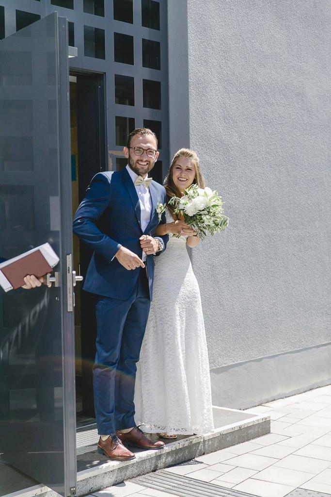 das strahlende Brautpaar verlässt das Standesamt | Foto: Hanna Witte