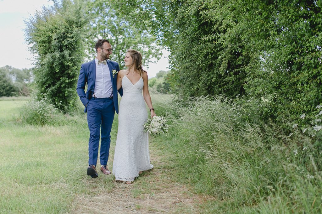 Hochzeitsfoto von Braut und Bräutigam im Grünen | Foto: Hanna Witte