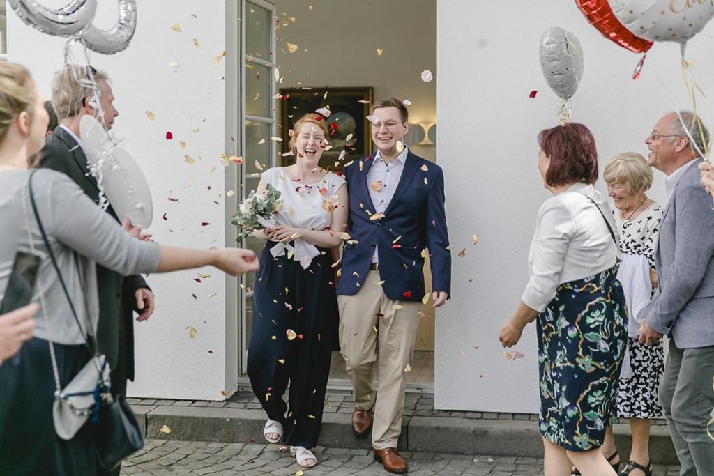 das Brautpaar wird nach der Standesamt Hochzeit mit Streublüten von den Hochzeitsgästen empfangen | Foto: Hanna Witte
