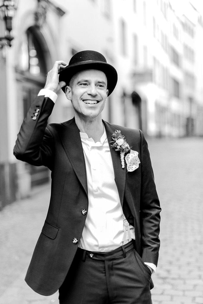 cooles Bräutigamfoto in schwarz-weiß | Foto: Hanna Witte