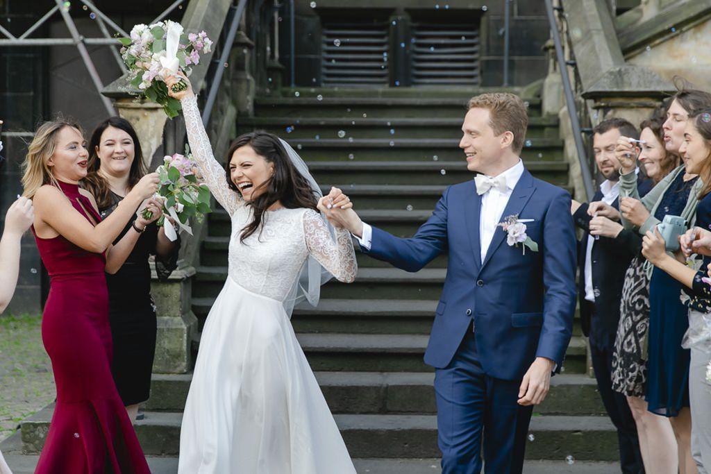 die Braut jubelt ausgelassen nach der standesamtlichen Hochzeit | Foto: Hanna Witte
