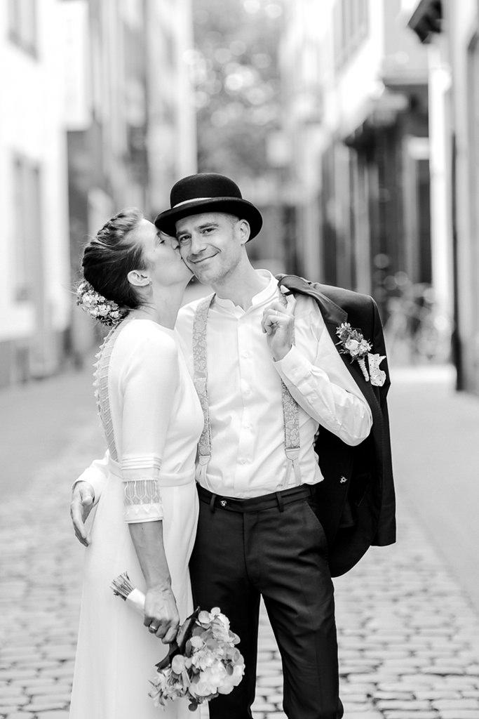die Braut küsst den glücklichen Bräutigam auf die Wange | Foto: Hanna Witte