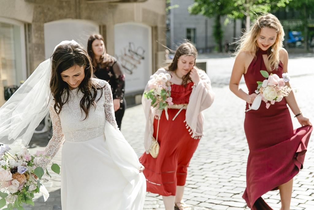 die Braut läuft mit ihren Brautjungfern zur Trauung | Foto: Hanna Witte
