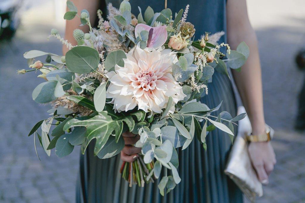 Brautstrauß mit viel Grün und großer Dahlie in hellem Rosa | Foto: Hanna Witte