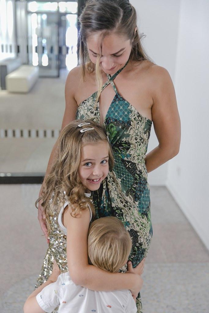 kleine Hochzeitsgäste umarmen ihre Mutter | Foto: Hanna Witte