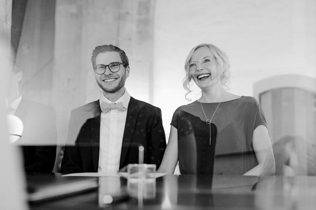 das Brautpaar lacht während der standesamtlichen Trauung | Foto: Hanna Witte
