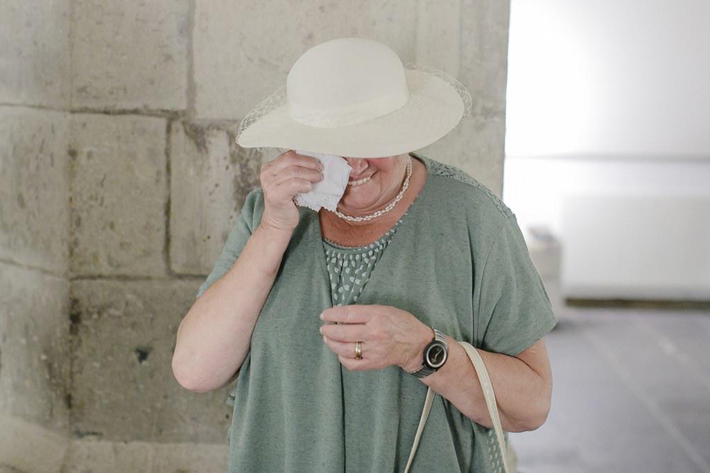 die Brautmutter weint nach der standesamtlichen Hochzeit | Foto: Hanna Witte