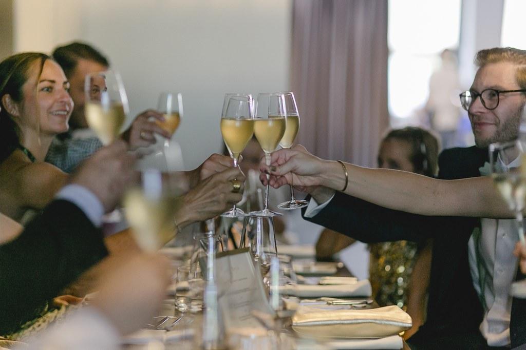 die Hochzeitsgesellschaft stößt nach der Standesamt Hochzeit an | Foto: Hanna Witte