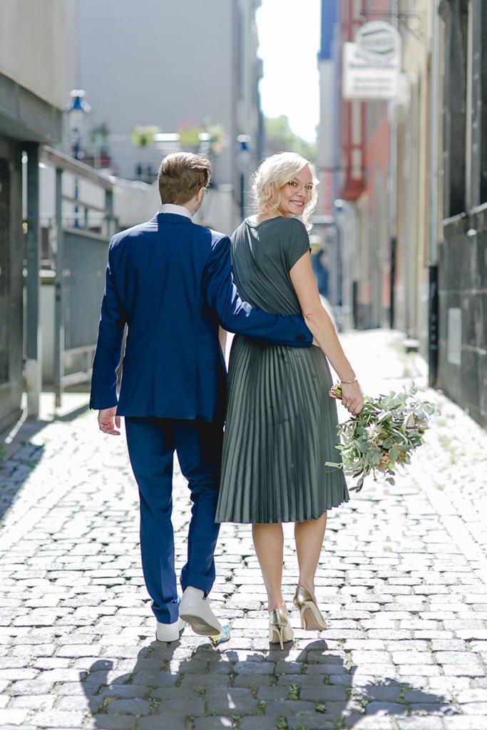 urbanes Paarfoto in der Kölner Altstadt nach der Standesamt Hochzeit | Foto: Hanna Witte