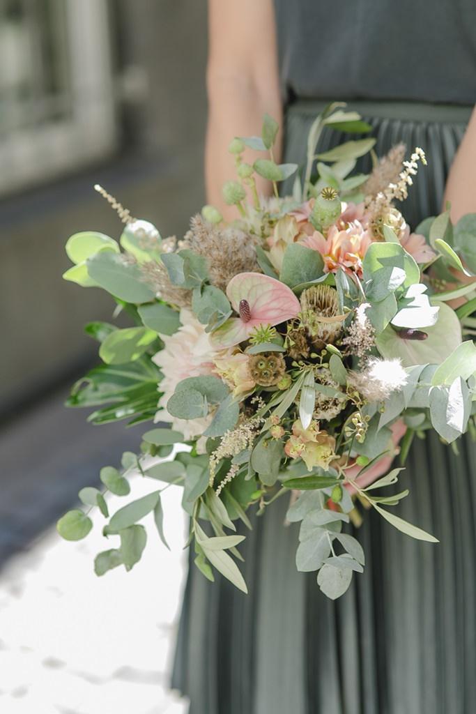Standesamt Brautstrauß mit viel Grün und Eukalyptus | Foto: Hanna Witte