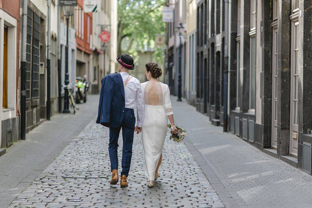 das Brautpaar schlendert durch die Kölner Altstadt | Foto: Hanna Witte