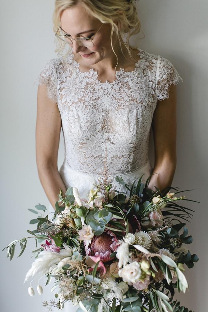 zauberhafter Boho Brautstrauß mit Eukalyptus, Protea und Pampasgras | Foto: Hanna Witte