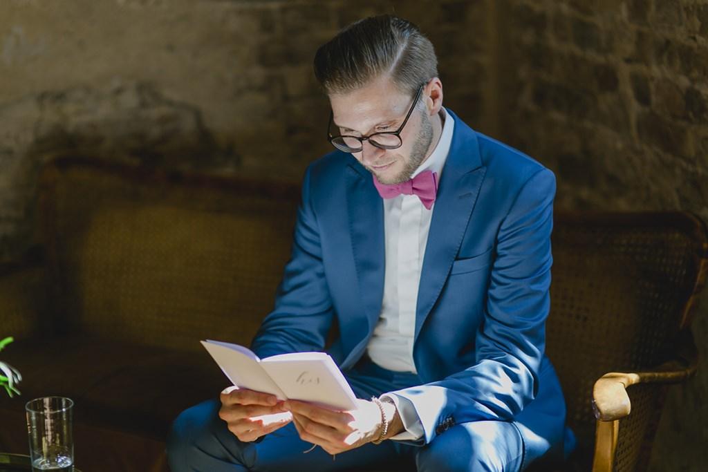 der Bräutigam liest vor der Trauung sein Eheversprechen | Foto: Hanna Witte