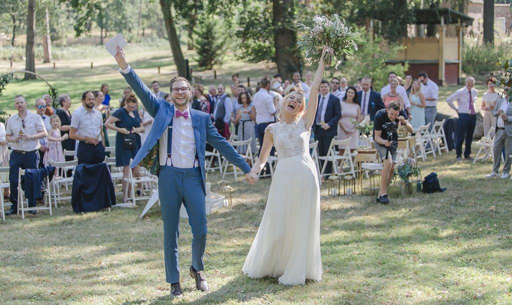 das Brautpaar jubelt nach der Freien Trauung ausgelassen | Foto: Hanna Witte
