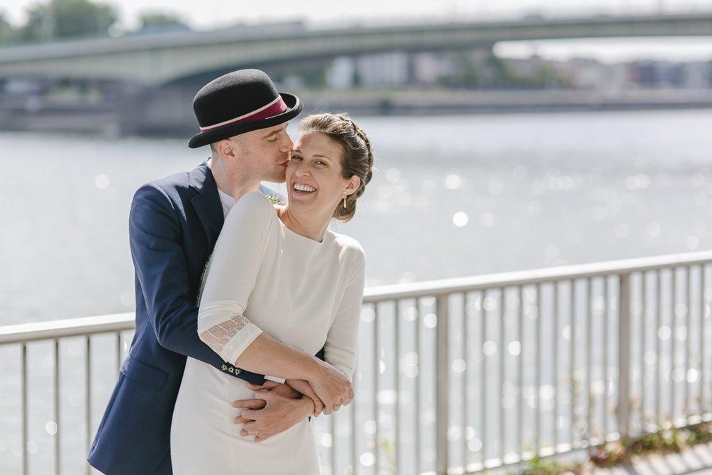 ungestelltes Paarfoto von Braut und Bräutigam mit dem Rhein im Hintergrund | Foto: Hanna Witte