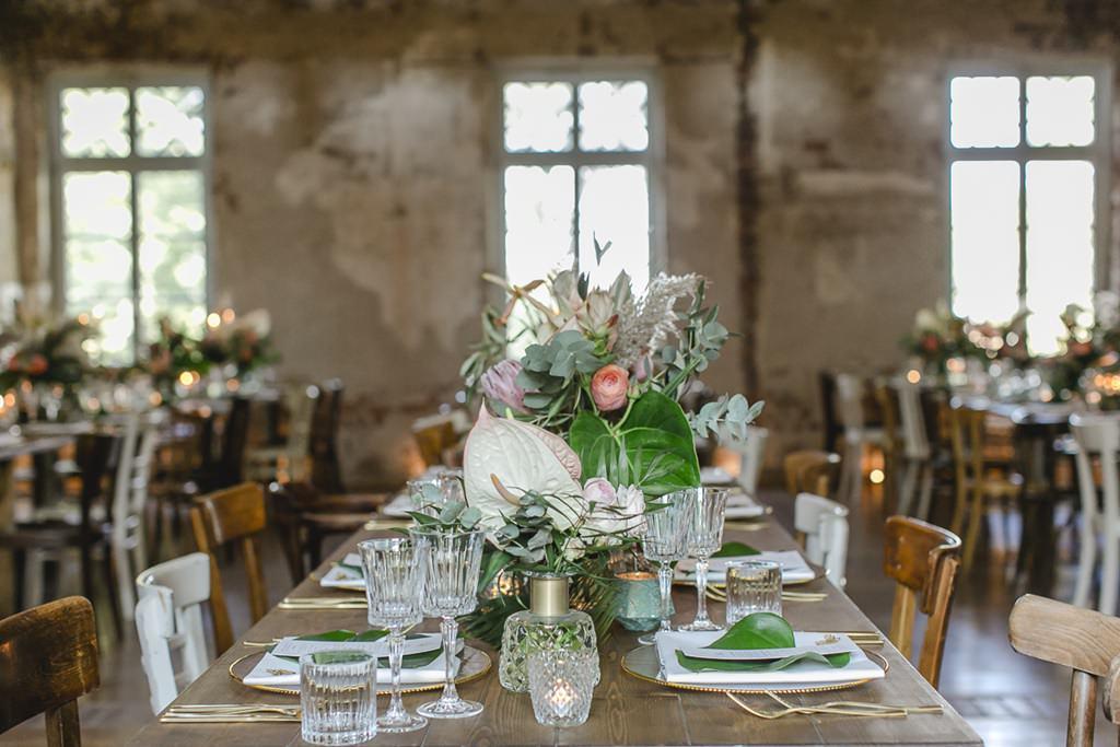 moderne Hochzeitsblumen als Teil der Tischdeko auf dem Rittergut Orr | Foto: Hanna Witte