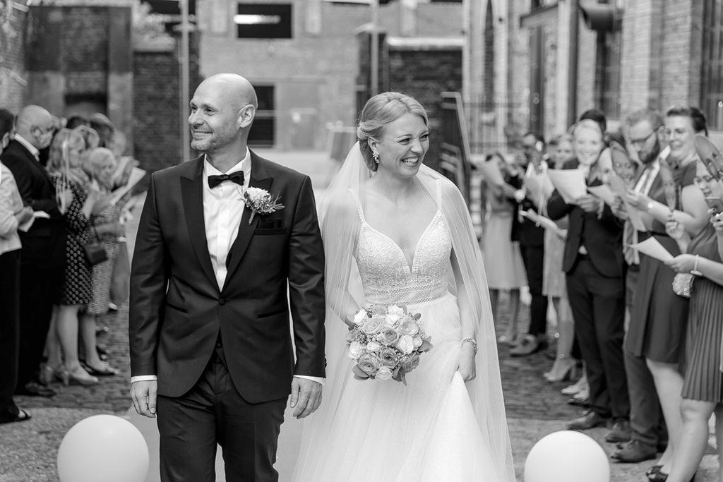 die Hochzeitsgäste stehen für das Brautpaar nach der Trauung Spalier | Foto: Hanna Witte