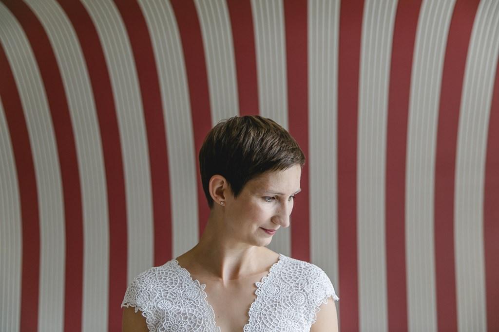 Braut Close-Up vor einer weiß-rot gestreiften Wand | Foto: Hanna Witte