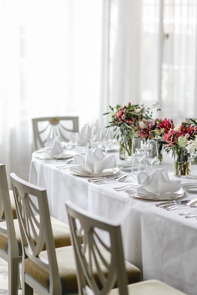 schlichte, weiße Hochzeitstischdeko mit Blumen in Pink und Weiß | Foto: Hanna Witte