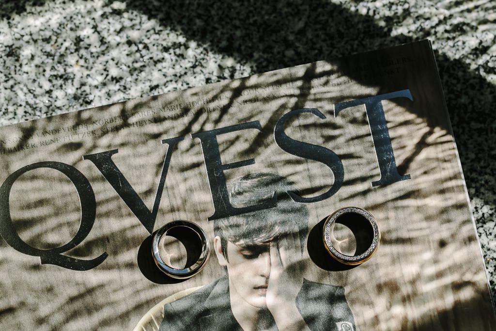 die Eheringe liegen für das Trauringfoto auf einer Qvest Ausgabe | Foto: Hanna Witte