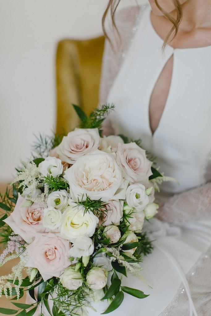 klassischer Brautstrauß mit Rosen und Pfingstrosen in Rosa und Weiß | Foto: Hanna Witte