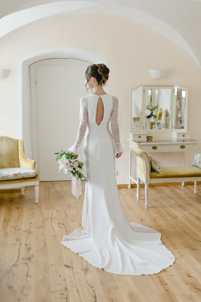 figurbetontes Brautkleid mit Schleppe, langen Spitzenärmeln und tollem Rückenausschnitt | Foto: Hanna Witte