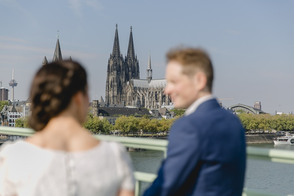 Outdoor Hochzeitsfoto von Braut und Bräutigam mit dem Kölner Dom im Hintergrund | Foto: Hanna Witte