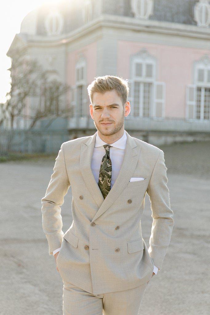 Bräutigam mit hellgrauem Anzug und Krawatte mit Greenery Muster | Foto: Hanna Witte