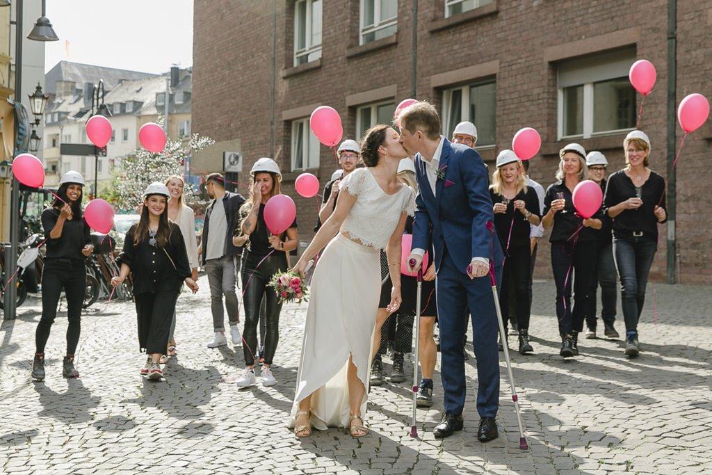 Gruppenfoto vom Brautpaar mit den Hochzeitsgästen | Foto: Hanna Witte