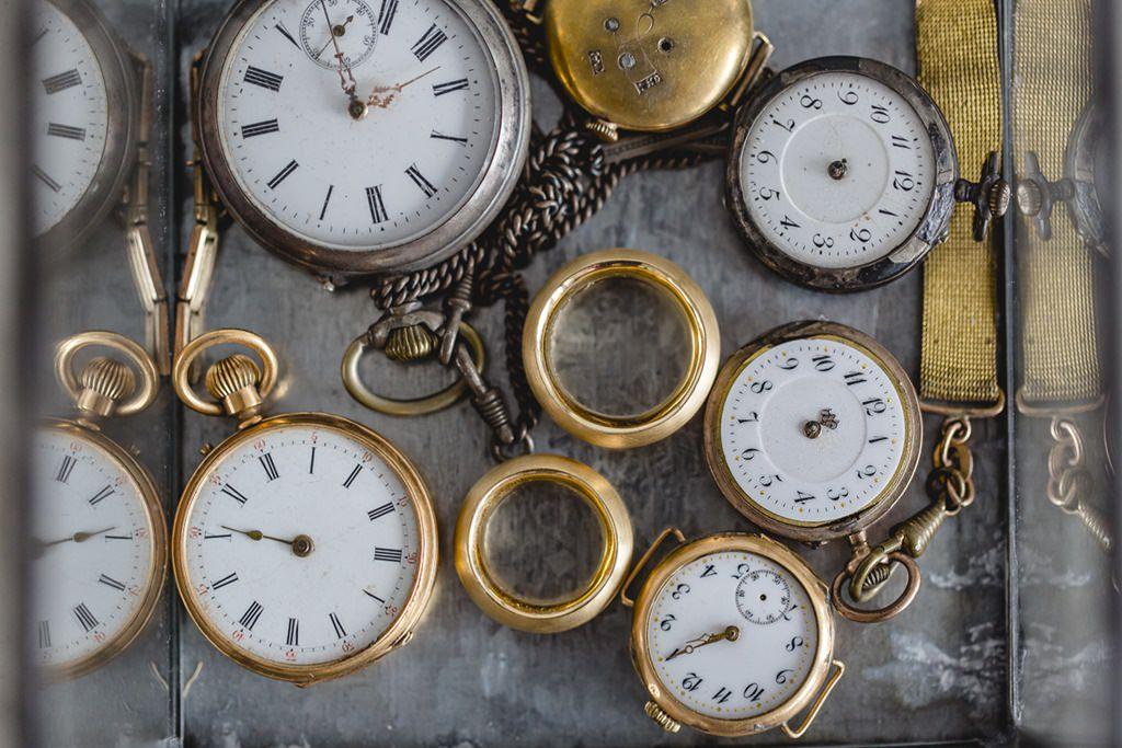 für das Hochzeitsfoto liegen die goldenen Trauringe zwischen Taschenuhren | Foto: Hanna Witte