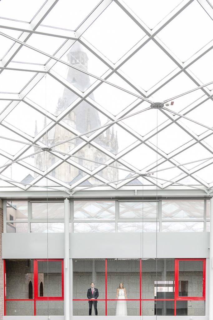 kreatives Paarfoto hinter einer Glasfassade | Foto: Hanna Witte