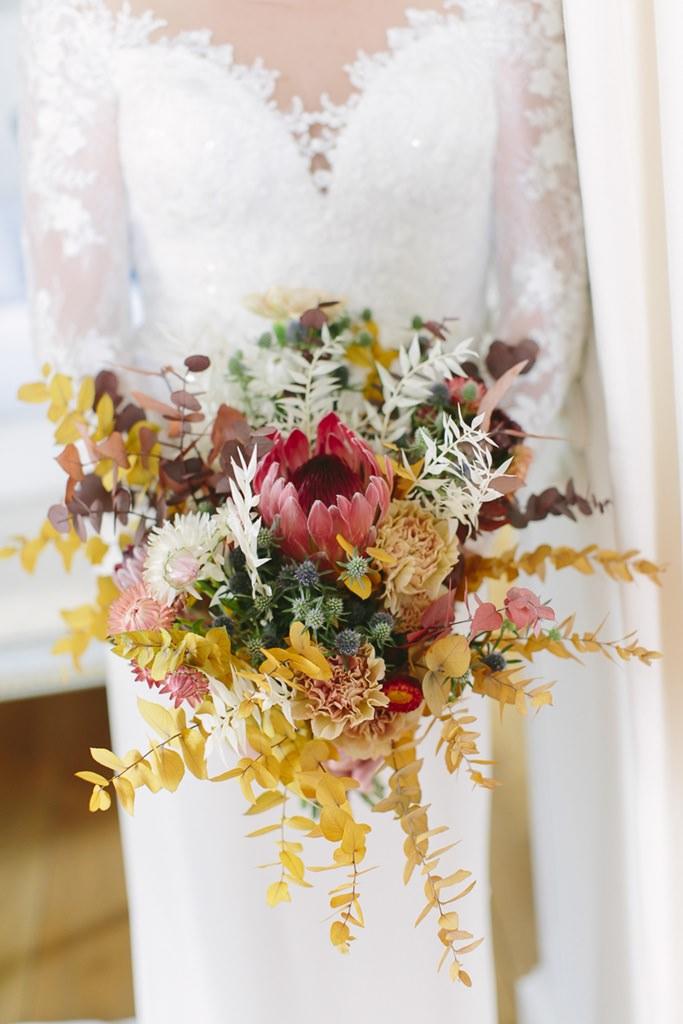 moderner Brautstrauß in Gelb, Rot- und Rosatönen | Foto: Hanna Witte