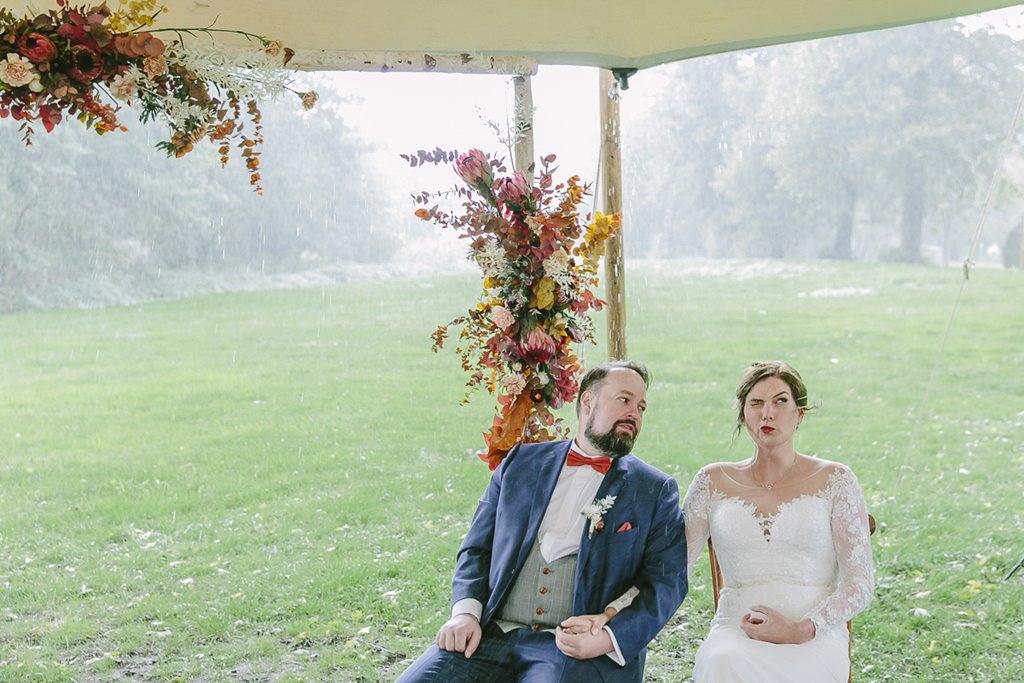 Freie Trauung draußen bei Regen: Das Brautpaar trotzt dem Wetter | Foto: Hanna Witte