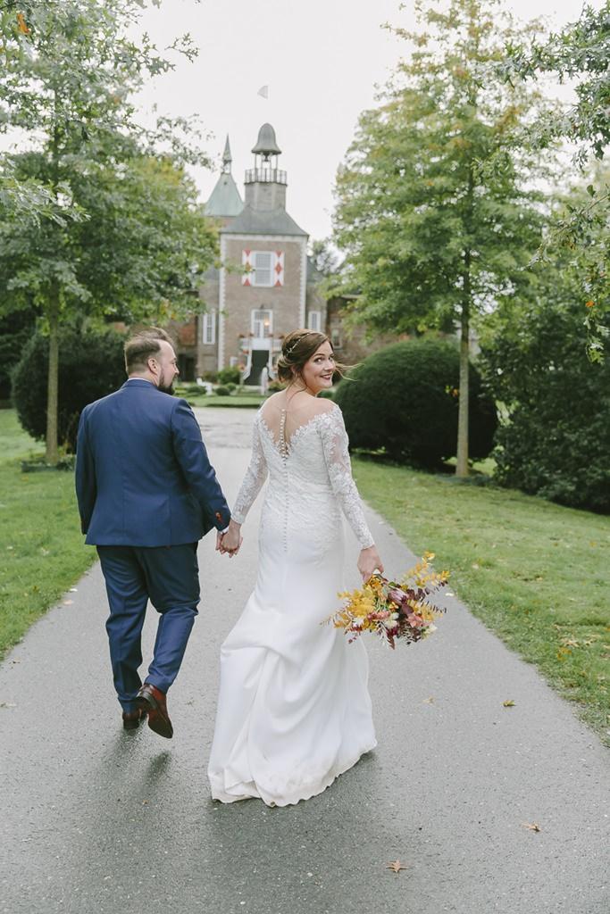 Hochzeitsfotoidee: Das Brautpaar läuft von der Kamera weg, während die Braut zurückblickt | Foto: Hanna Witte