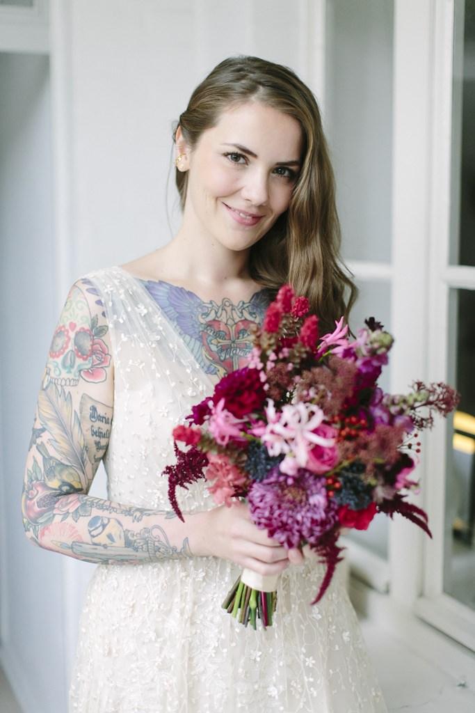 Hochzeitsfoto Motiv: Die hübsche Braut posiert mit ihrem pinkfarbenen Brautstrauß | Foto: Hanna Witte