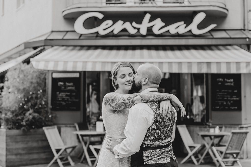verliebtes Hochzeitsfoto vo einem Straßencafé | Foto: Hanna Witte