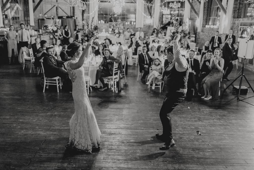 originelles Hochzeitsmotiv vom Brautpaar beim Hochzeitstanz | Foto: Hanna Witte