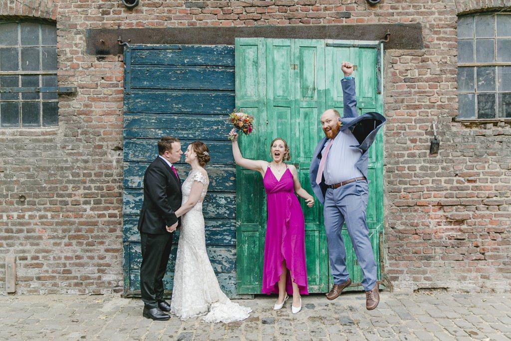lustige Hochzeitsgruppenmotiv mit dem Brautpaar und den Trauzeugen | Foto: Hanna Witte