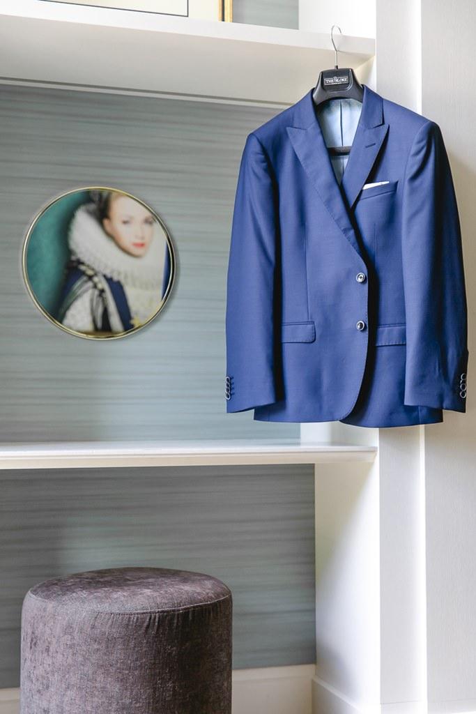 kreatives Hochzeitsfotomotiv vom blauen Bräutigamanzug beim Getting Ready | Foto: Hanna Witte