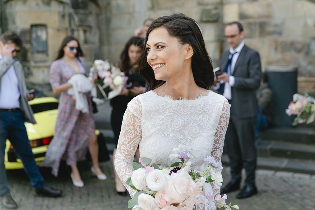 Hochzeitsmotiv Braut: Die Braut posiert mit ihrem Brautstrauß nach der Trauung | Foto: Hanna Witte