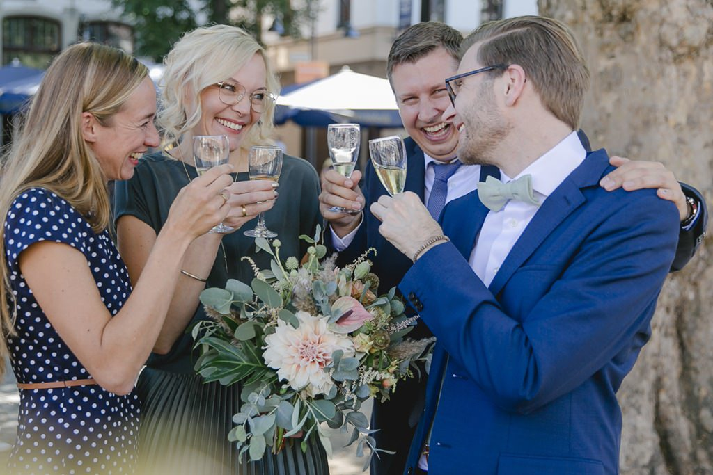 authentisches Hochzeitsmotiv: Das Brautpaar stößt nach der Hochzeit mit seinen Trauzeugen an | Foto: Hanna Witte