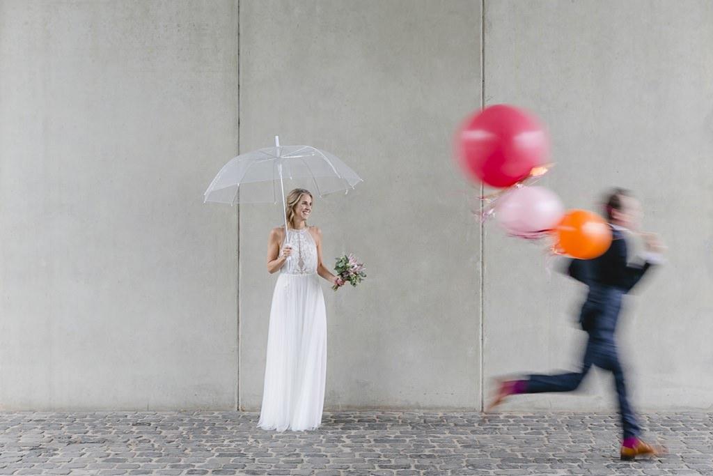 ausgefallenes Hochzeitsmotiv mit Regenschirm und Luftballons | Foto: Hanna Witte
