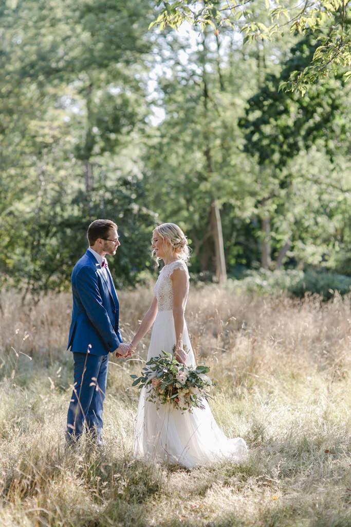 Hochzeitsmotiv in der Natur: Paarfoto von Braut und Bräutigam auf einer wilden Wiese | Foto: Hanna Witte