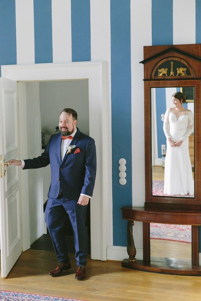 Hochzeitsmotiv First Look: Der Bräutigam sieht seine Braut zum ersten Mal | Foto: Hanna Witte