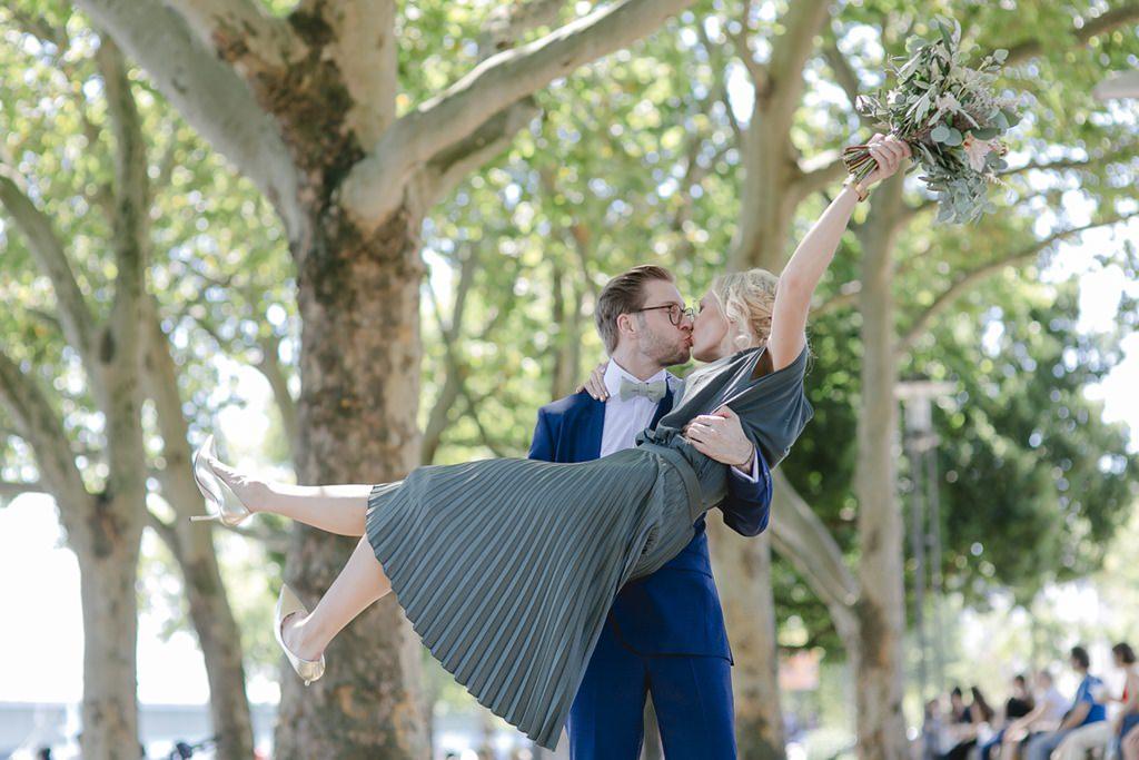 der Bräutigam trägt die Braut fürs Parfoto in seinen Armen | Foto: Hanna Witte